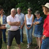 Bauer Lehner mit interessierten Gästen seines Naturlandhofs in Gülchsheim