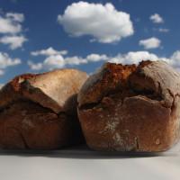 So lecker wie dieses selbstgebackene Brot geht es in der Tierhaltung nicht immer zu